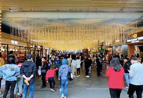 今天網傳圖片顯示,武漢楚河漢街上人來人往。(網絡圖片)