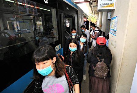台中市府配合中央政策,宣布4日起搭乘大眾運輸工具應全程戴口罩,未戴者將先勸導,勸導不聽者將開罰3000元至1萬5000元。