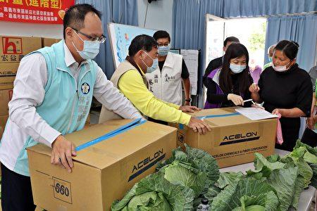 农粮署捐赠的500公斤蔬菜,于精忠社区活动中心分装后,转赠30个社区照顾关怀据点、花甲食堂及弱势家庭加菜食用。