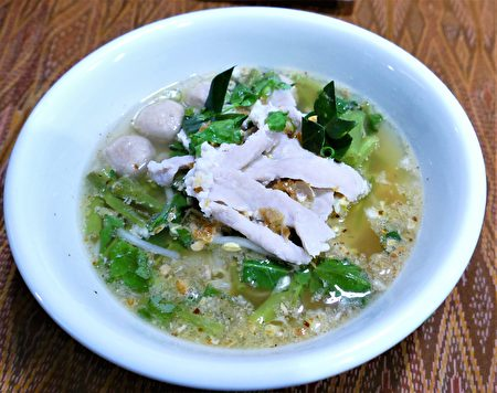泰式酸辣清湯麵,是一道口味比較清爽的湯麵。