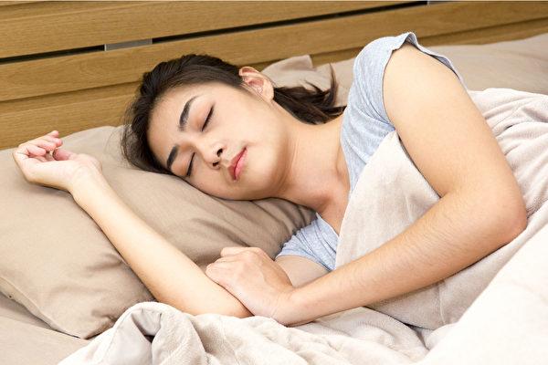 不同睡覺姿勢有不同的益處,如側睡能保持呼吸道通暢,改善打鼾與睡眠呼吸中止症狀。(Shutterstock)