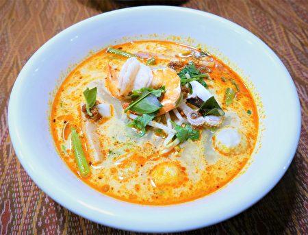 泰式酸辣海鮮濃湯麵,是濃郁酸辣湯麵。