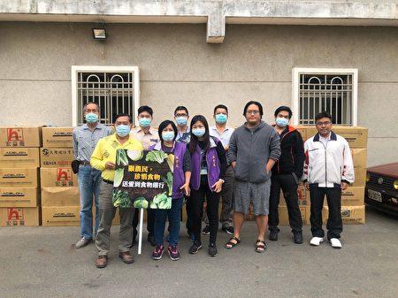 顾农民、珍惜食物,送爱到食物银行。东区精忠社区发展协会理事长杨文俊(前排左1)首度公开社区型食物银行。