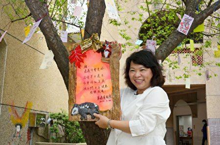 市长黄敏惠在许愿卡上亲手写上心愿,并拍照留念。