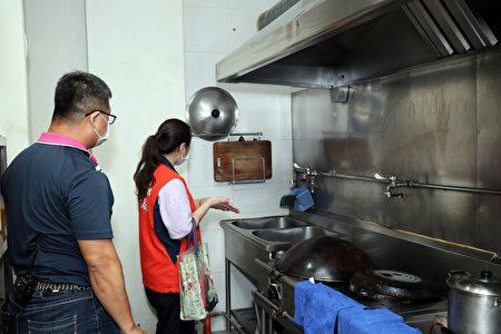 查核汽车旅馆业者餐厨设备消毒清洁情形。