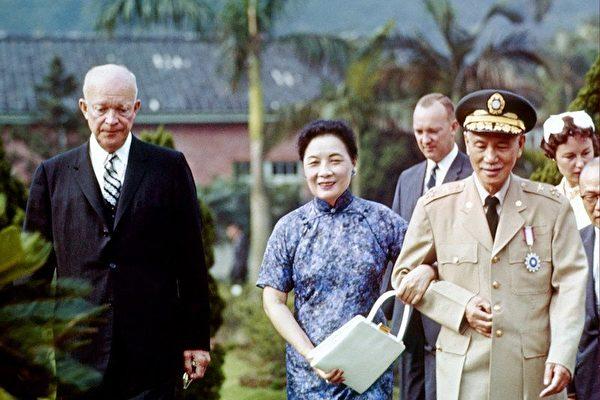 """""""中美相敬"""" 一个蒋中正逝世八年后才被宋美龄知道的秘密"""