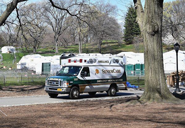 一辆救护车停在中央公园的战地医院。(Angela Weiss / AFP)