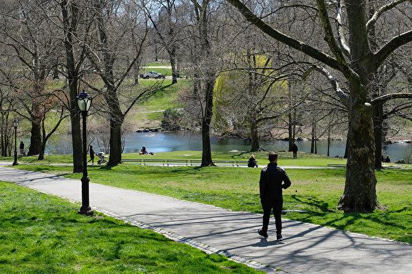 4月2日,仍然可以见到少数的人们在中央公园散步。(Photo by Dia Dipasupil/Getty Images)
