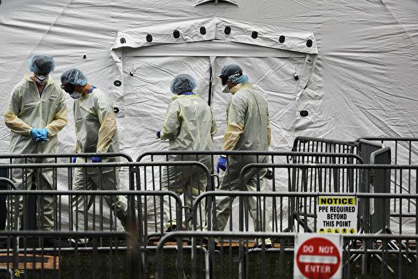 4月4日,国际基督徒人道主义组织成员工作在中央公园的战地医院。(Spencer Platt / Getty Images)