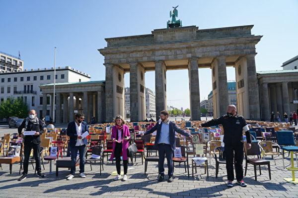 組圖:德國疫情期間 桌椅代替人舉行大型抗議