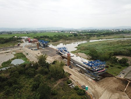 彰化县长视察芬园段新辟工程延伸段。