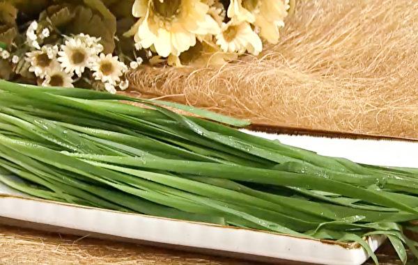 常吃韭菜可以增进体力、促进血液循环,从而缓解手脚冰冷、下腹疼痛。(胡乃文开讲提供)