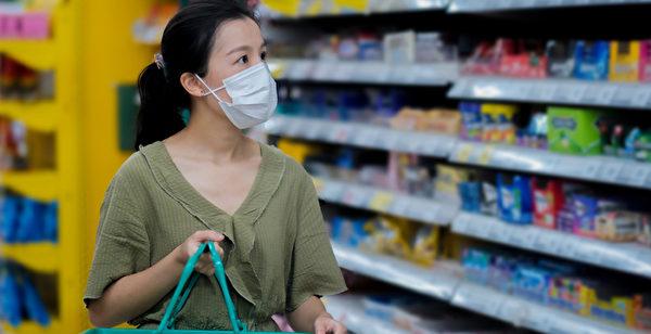 外出到超市採購食物和必需品,如何預防中共病毒(武漢肺炎)傳染?(Shutterstock)