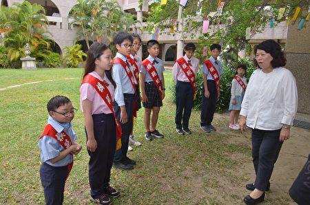 市长黄敏惠与小朋友互动。