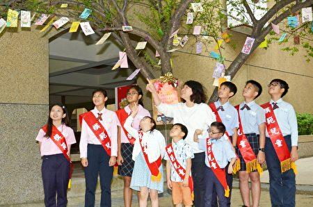 """市长黄敏惠在许愿卡上亲手写上心愿:""""希望这次的疫情能早日过去,嘉义市的孩子们都能健康成长。""""与该校模范儿童一同将祈愿卡挂上学校的许愿树上,期望透过大自然的传递,让愿望成真。"""