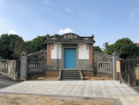 """后里张天机宅""""西式风格的门楼,门楼平面为台湾合院建筑中典型的单开间、单层形式,左右设八字墙,采用加强砖、表面洗石子及灰泥饰装修的洋风。。"""