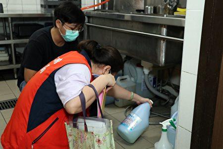 查核旅馆业者餐厨设备消毒清洁情形。