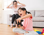 隔離在家,很多爸媽帶小孩很辛苦,治療師推薦3個可以讓孩子好好「放電」的居家遊戲。(Shutterstock)