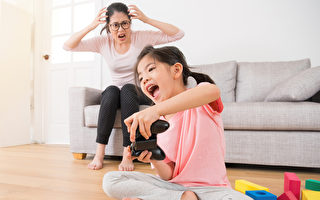 """隔离在家,很多爸妈带小孩很辛苦,治疗师推荐3个可以让孩子好好""""放电""""的居家游戏。(Shutterstock)"""