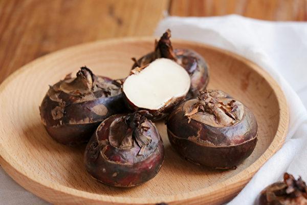 葱白跟荸荠一起煮,是治疗结石的良方,如尿路结石、肾结石、胆结石。(Shutterstock)