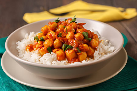 咖哩中加入鷹嘴豆,可攝取到膳食纖維、維生素B群和植化素,對整體免疫力有幫助。(Shutterstock)