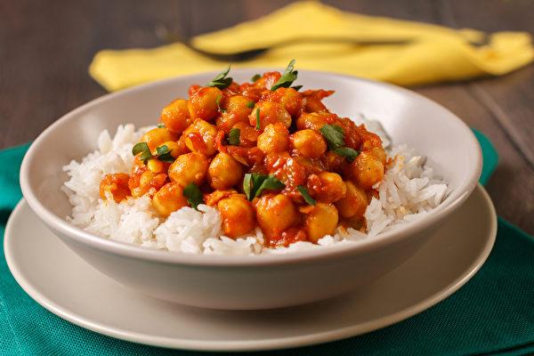 咖喱中加入鹰嘴豆,可摄取到膳食纤维、维生素B群和植化素,对整体免疫力有帮助。(Shutterstock)