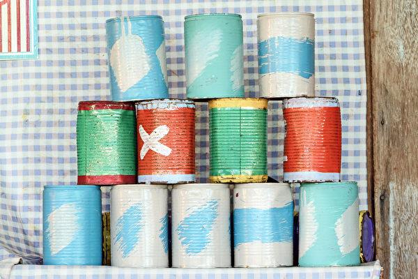 利用宝特瓶或是铁铝罐,摆成保龄球队形。(Shutterstock)