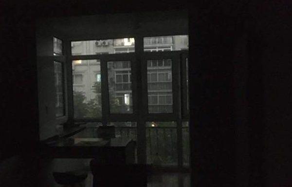 北京時間5月21日下午3時,中共兩會中的全國政協十三屆三次會議召開之時,北京的天突然變黑。(網絡圖片)