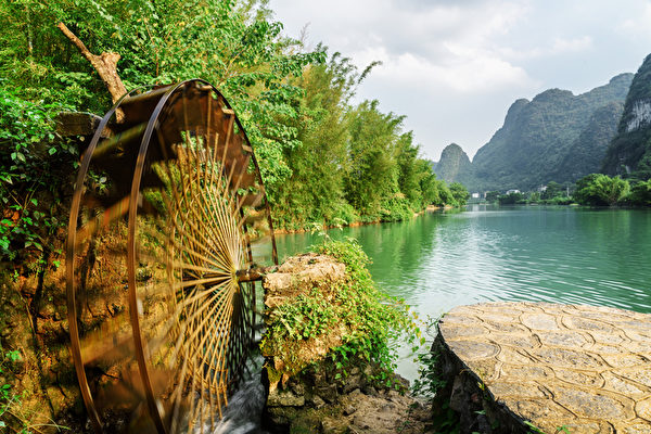 Moving water wheel (noria) on the Yulong River, Guilin, China
