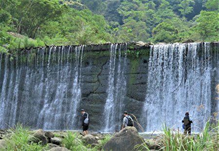 北埔冷泉池左侧的晶亮水濂瀑布,水量充沛时满挂的水串流泄而下。