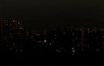 北京时间5月21日下午3时,中共两会中的全国政协十三届三次会议召开之际,北京的天空突然变黑。(网络图片)