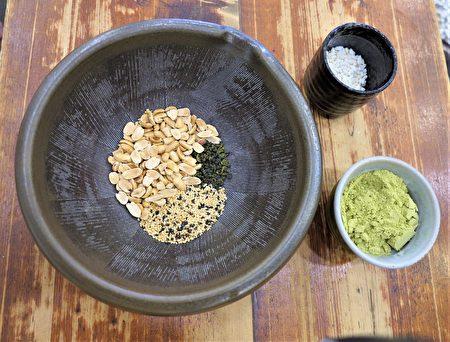 擂茶需要准备的材料,花生粒、白芝麻和绿茶叶,还有擂茶粉、米仔。
