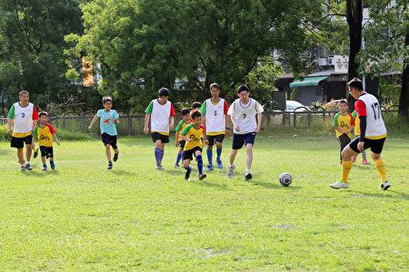 因為足球先天的平等性,自然地讓孩子們跟Q聯盟因球而聚會在一起,每個人的目標都一樣,就是專注的踢球、進球,球場的時光沒有心靈與社會的負荷,也沒有正常與否的差異。