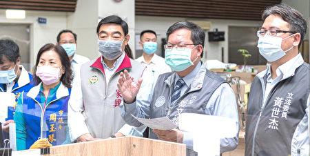 桃园市长郑文灿慰问杨梅区公所加班同仁。