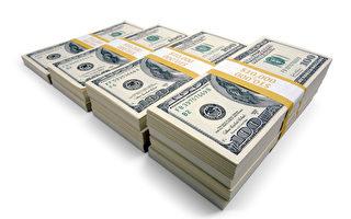 美国出游家庭捡到百万美元现钞 拾金不昧