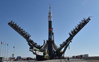 美俄為何空間合作封殺中共?這是一個有些令人不解的事。圖為俄國的聯盟號(Soyuz)運載火箭2019年9月23日在哈薩克斯坦把美國的宇航員Jessica Meir和俄國、阿聯酋的宇航員送入國際空間站(ISS)。(VYACHESLAV OSELEDKO/AFP via Getty Images)