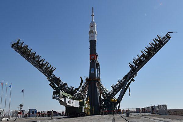美俄为何空间合作封杀中共?这是一个有些令人不解的事。图为俄国的联盟号(Soyuz)运载火箭2019年9月23日在哈萨克斯坦把美国的宇航员Jessica Meir和俄国、阿联酋的宇航员送入国际空间站(ISS)。(VYACHESLAV OSELEDKO/AFP via Getty Images)