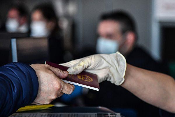 """日前传出""""全国停办因私护照""""的消息。图为示意图。(TIZIANA FABI/AFP via Getty Images))"""
