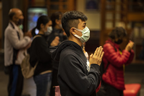 林曉旭說,「人類在這次疫情大爆發過程中,應學會如何讓自己humble(謙卑)。」圖為台灣人在祈福。(Paula Bronstein/Getty Images )