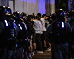 5月10日,防暴警察在抗议现场抓捕民众。( ISAAC LAWRENCE/AFP via Getty Images)