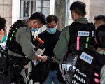 5月27日,防暴警察一早就在立法会一带严密布防,还在立法会外的天桥进行拦截搜查。(ISAAC LAWRENCE/AFP via Getty Images)
