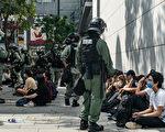 5月27日,港人发起抗议《国歌条例草案》二读的行动,防暴警察在多地抓人。(Anthony Kwan/Getty Images)