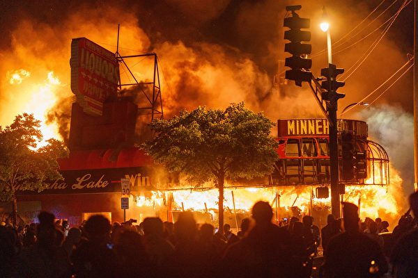 美国各地示威动乱未歇 数十城市宣布宵禁