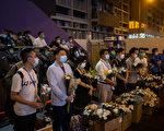 5月31日晚,香港市民到太子站近旺角警署外的出口献花,一批油尖旺区议员则在场站成一排,接收市民的献花。(Billy H.C. Kwok/Getty Images)