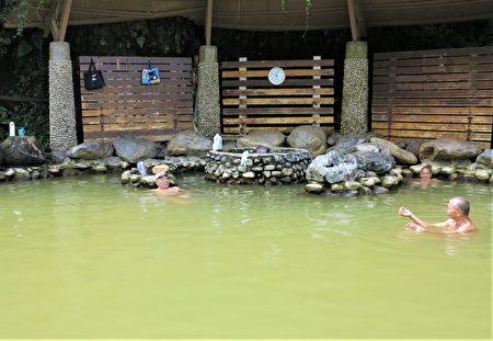 北埔冷泉水有两个源头,一处淡水、一处咸水,而且水色浅黄浑浊。