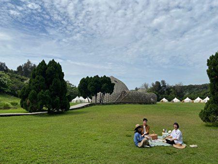 放眼望去大草原上,兩座竹穹裝置屹立期間。