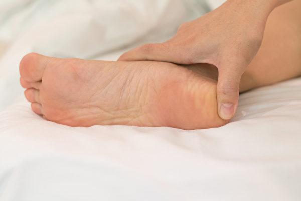 腳跟好發骨刺,平時要多壓腿、踢腿、蹬腿,促進腿腳的血液循環。(Shutterstock)