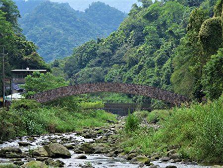 在北埔冷泉区,可欣赏那座弯弯的赭红色糯米桥,像一道彩虹跨过溪水。