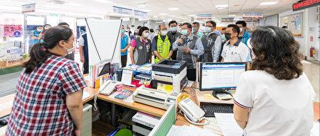 桃园市长郑文灿慰问大园区公所加班同仁。