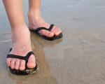 穿夹脚拖鞋、Y拖,会给足部带来伤害吗?(Shutterstock)